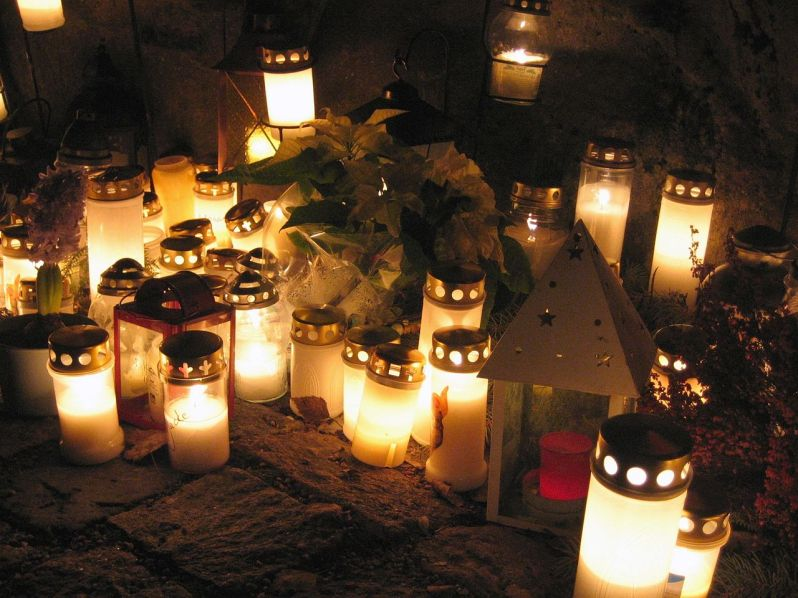 1280px-Candles_at_a_cemetery_on_Christmas_Eve